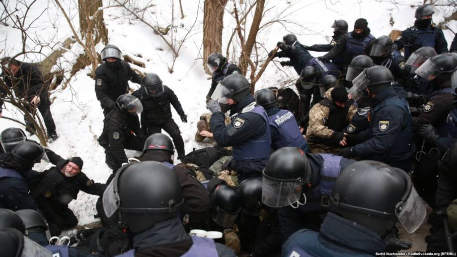 Полиция: около 30 человек доставили в управления из-за стычки у суда в Киеве