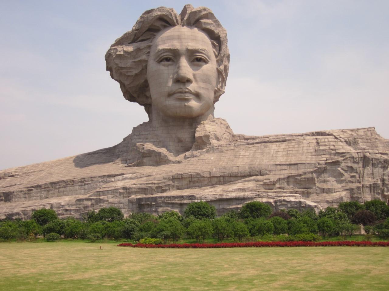 Огромная голова молодого Мао