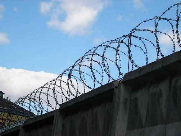 С днем работников СИЗО и тюрем. Забор с колючей проволокой