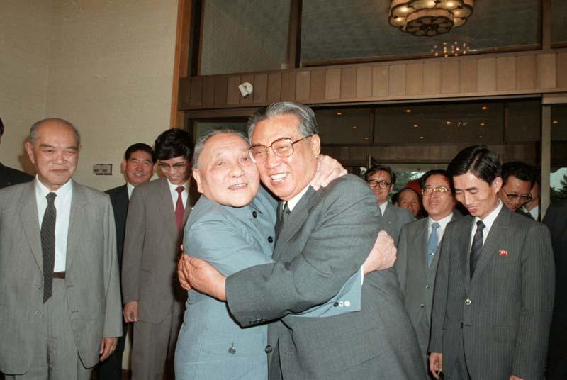Тем временем другой знаменитый реформатор конца 80-х Дэн Сяопин заключал в свои объятия северо-корей