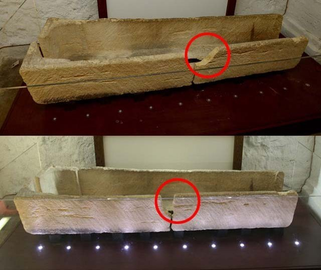 Безбашенные родители сломали 800-летний гроб (1 фото)