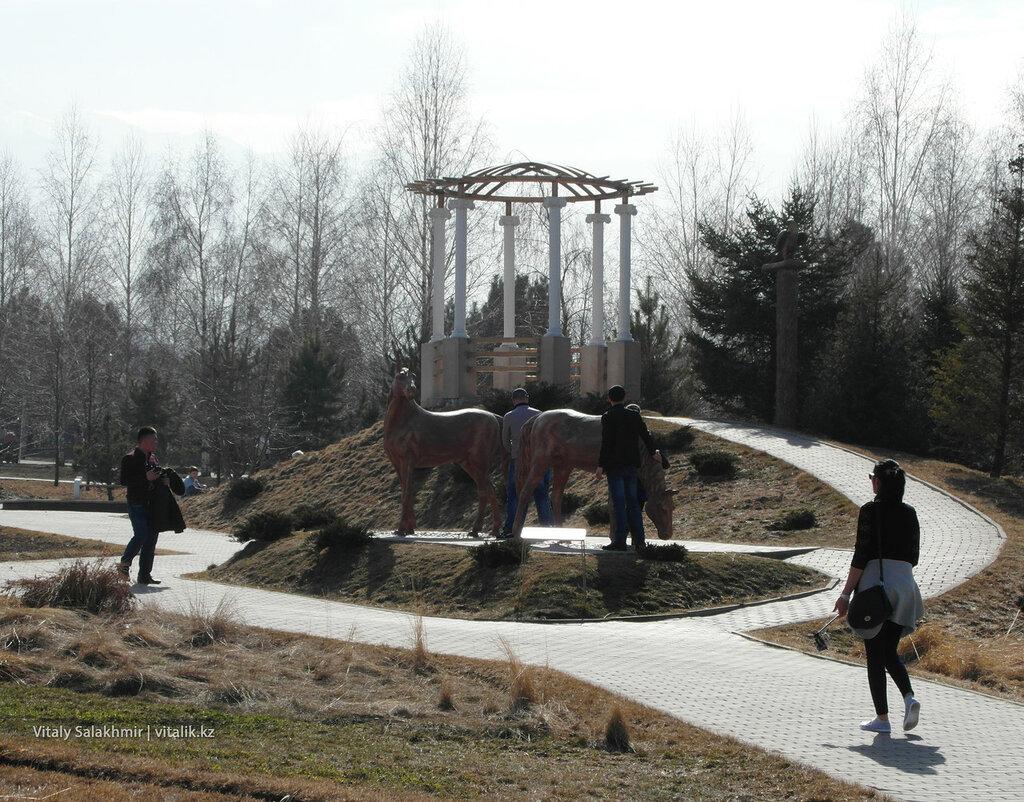 Скульптуры лошадей в Парке Первого Президента
