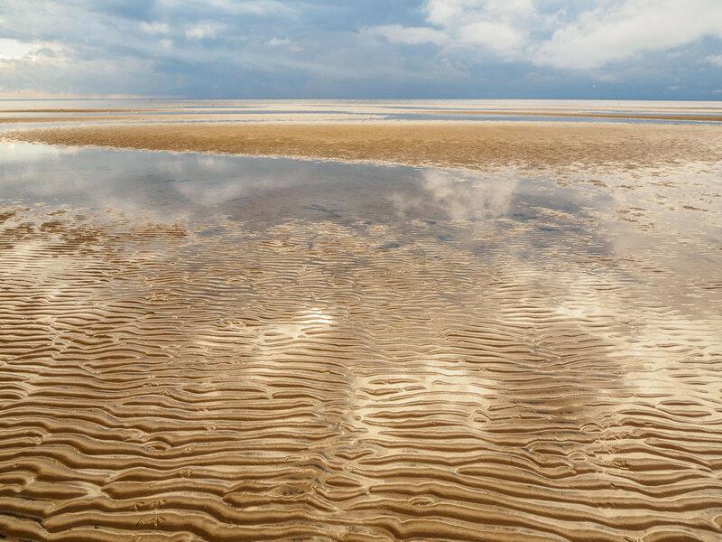 Море прочертило в песке глубокие борозды.