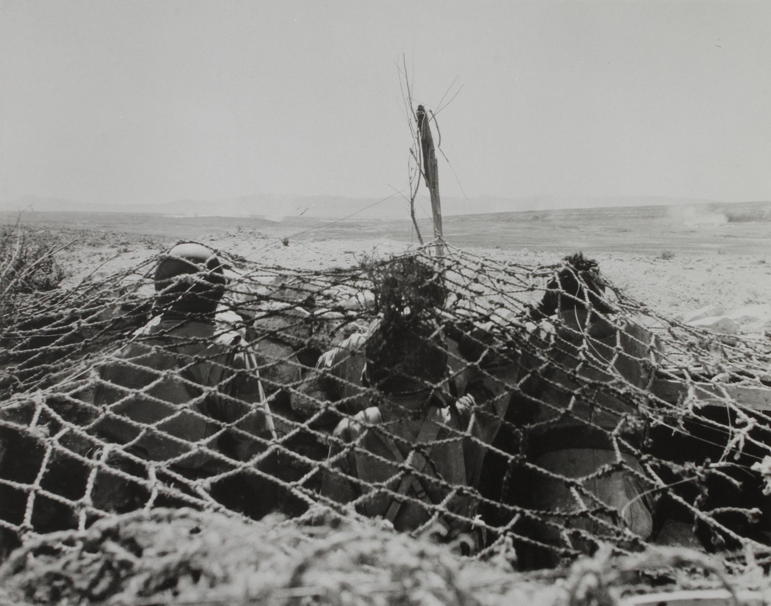 1948. Камуфляж в пустыне. Роберт Капа