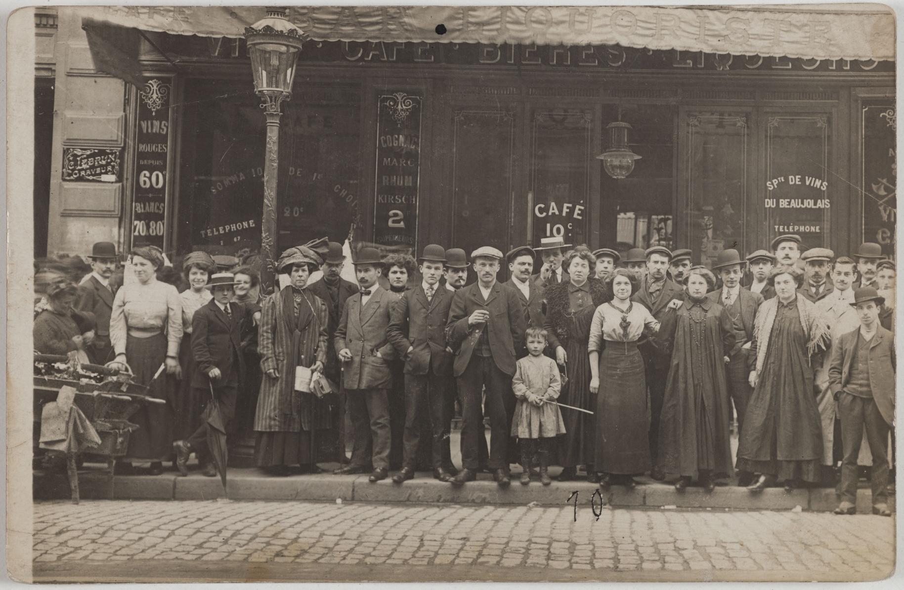1910. Кофе, пиво, ликеры. 160, rue du Temple (3-й округ). Сейчас на этом месте аптека