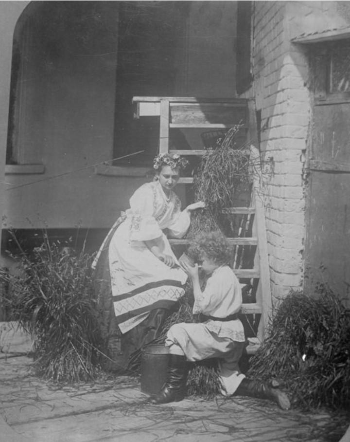 Сын фотографа А.О. Карелина – Андрей во дворе с девушкой