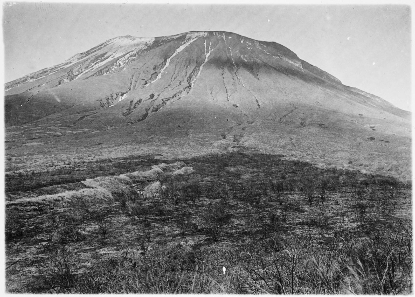 38. Вулкан Ол-Доиньо-Ленгаи с запада