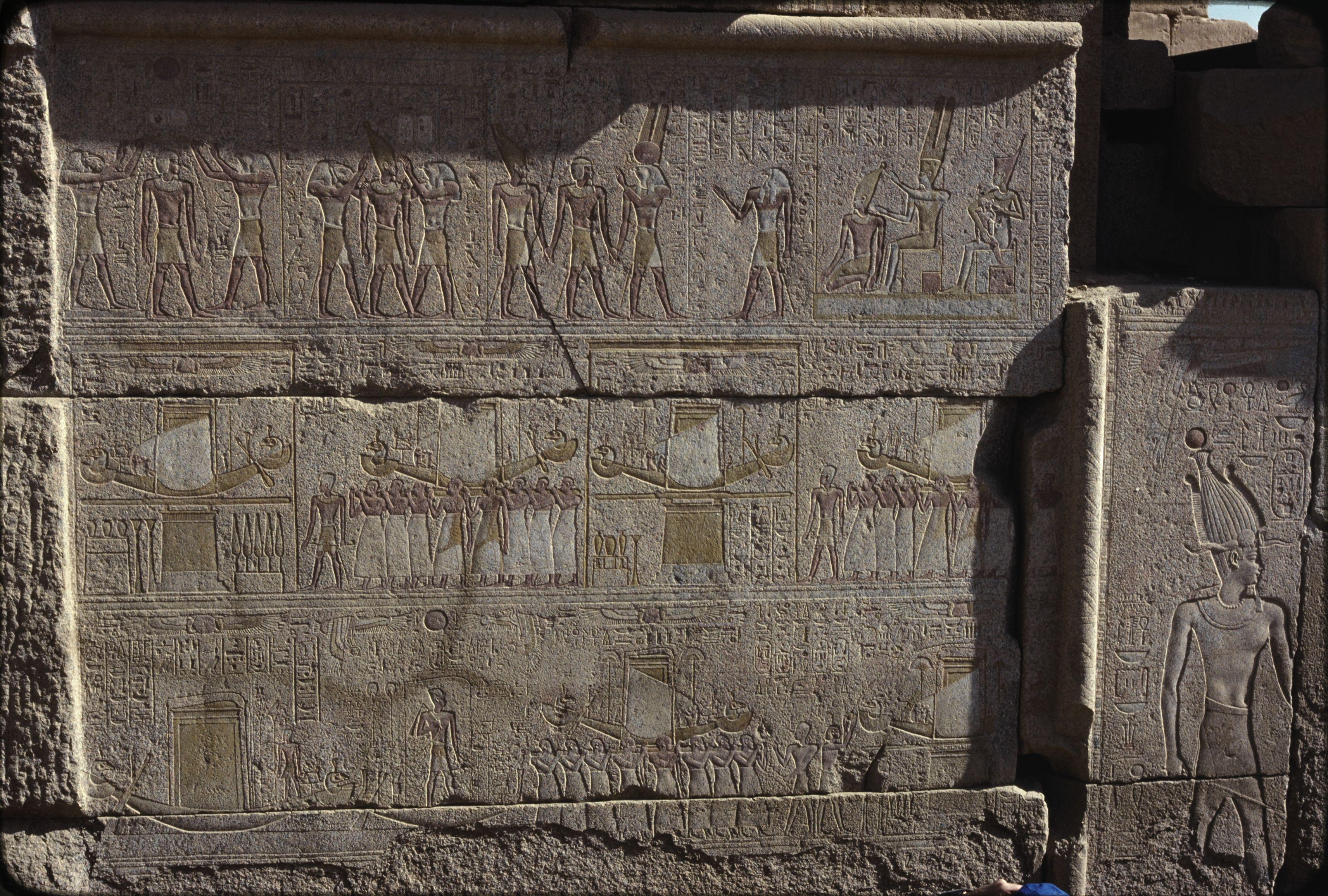 Гранитное святилище, предназначенное для ладьи Амона. Рельефы южной стены. Тот и Хор производят ритуальное очищение царя, коронуют его и ведут к Амону