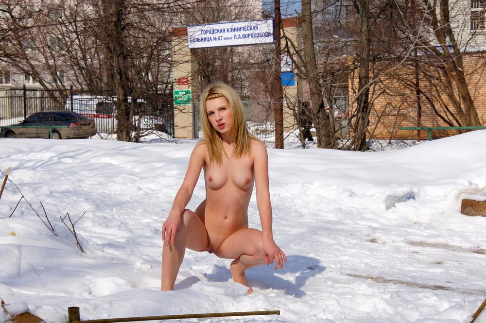 Голая Элла прогулялась по снегу
