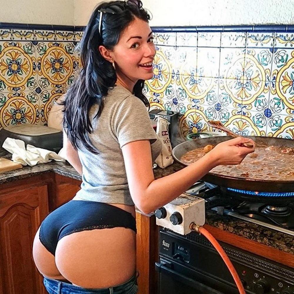 Горячие хозяюшки на кухне