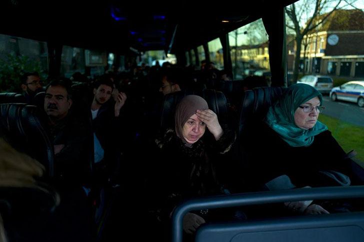 Иракская беженка, 65-летняя Фатима Хуссейн, ждет в автобусе у ворот тюрьмы Де Койпель. Вместе с друг