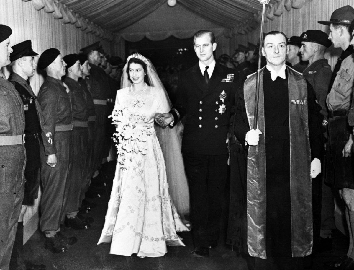 Чтобы жениться на наследнице, Филипп поменял фамилию на Маунтбеттен, стал британским подданным и отк