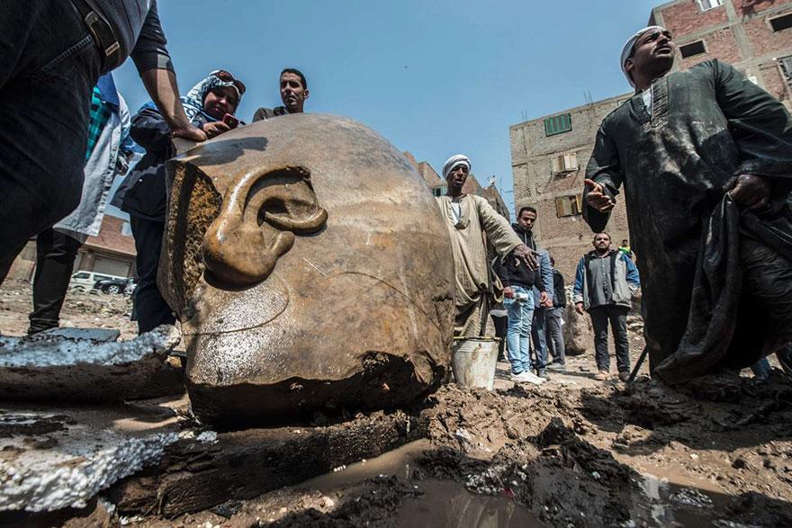 В том же месте обнаружили часть статуи фараона Сети II, внука Рамзеса II, и фрагмент обелиска.