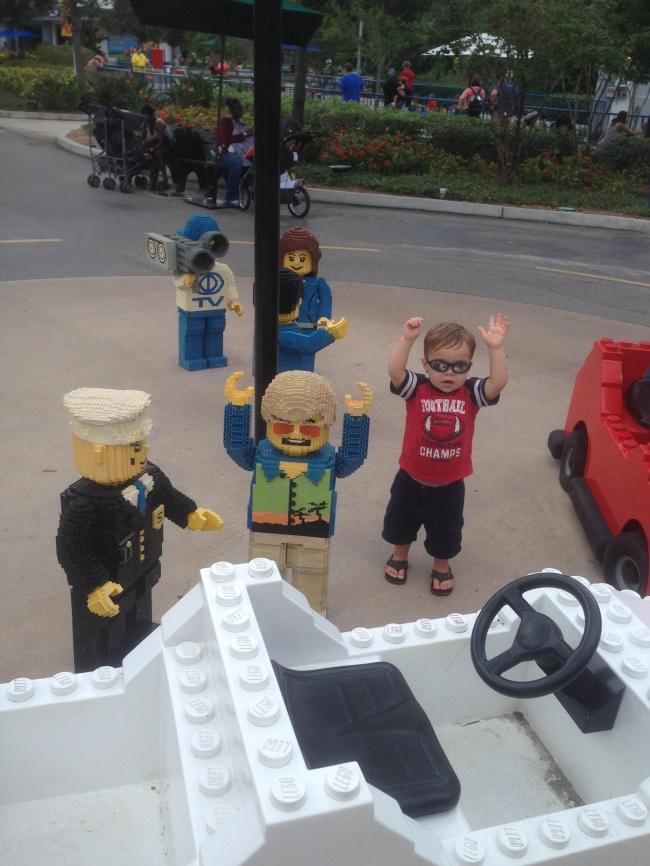 © Nhsunray/reddit     Очевидно, 2-летний мальчик принял заживых людей игрушечную толпу в