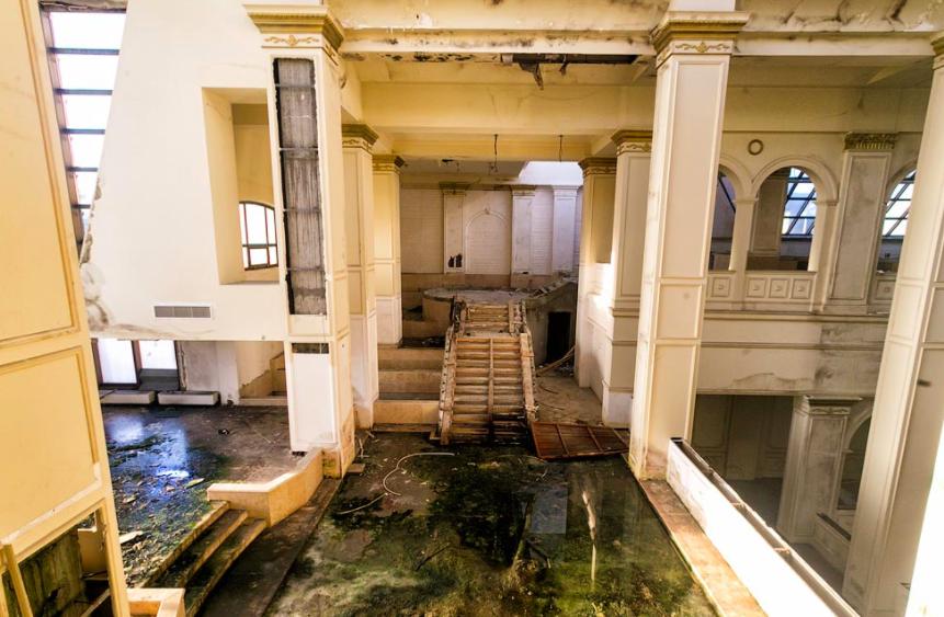 Пугающие фото заброшенной гостиницы в центре Питера, которая так и не встретила своих постояльцев