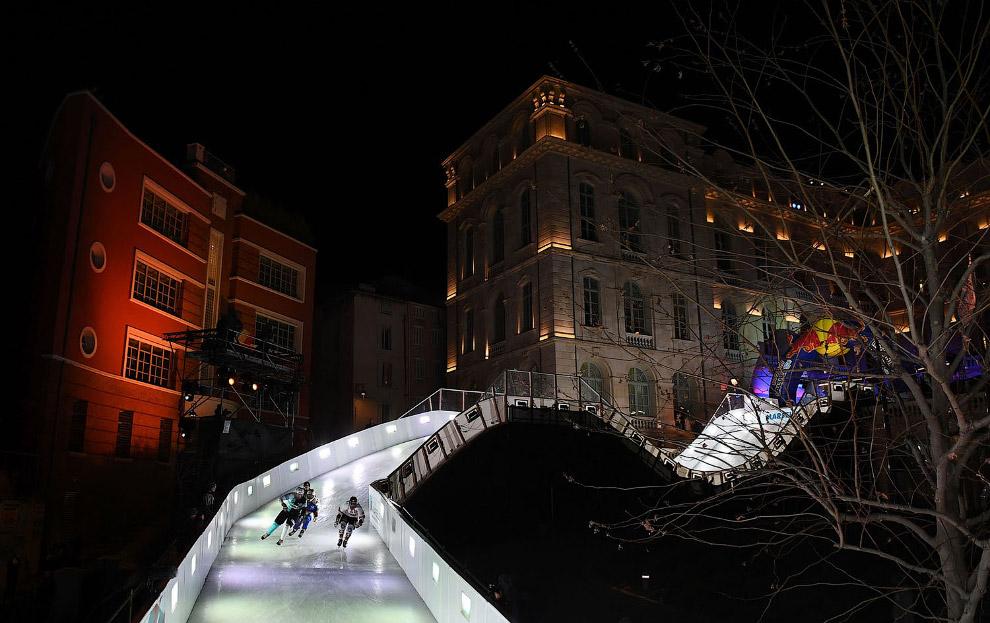 14. Еще несколько снимков с безумных соревнований Ice Cross Downhill разных лет. (Фото Sebastian Mar