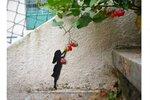 Уличный художник Оакоак продолжает создавать свои умные уличные визуальные шутки, объединяя архитектурные детали с дополнениями