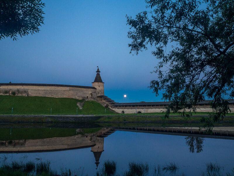 Луна ныряет за стену Крома