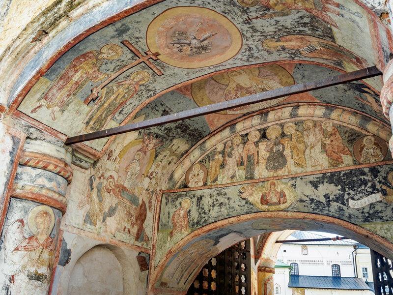 Стены Святых ворот богато украшены росписью.