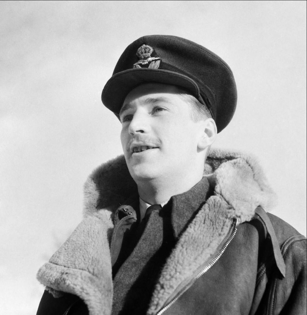 Капитан Дж. Э. Уокер  из 81-ой эскадрильи RAF. Уокер, канадец, закончил войну с 12 подбитыми самолетами