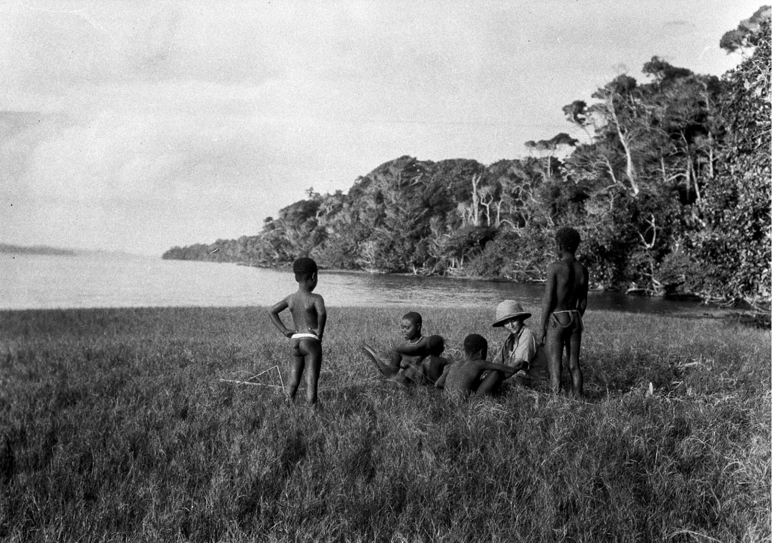 1224. Народность онге. Группа женщин  с Энджо фон Эйкштедт на берегу