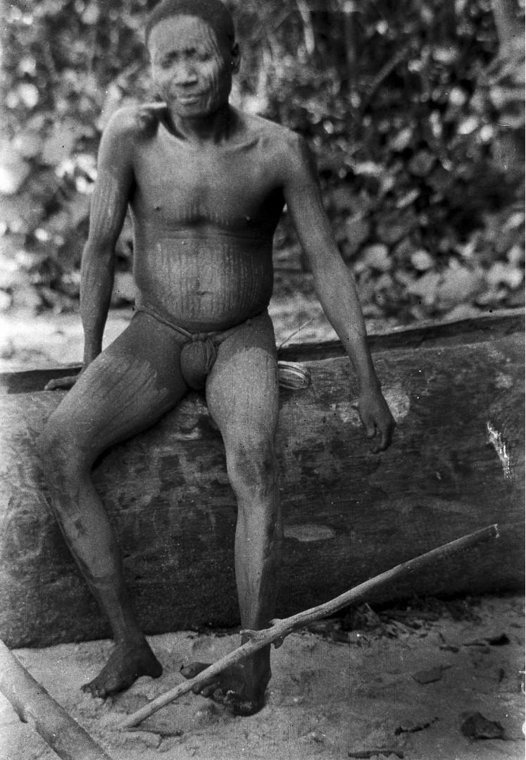 1239. Народность онге. Мужчина поднимает палку при помощи пальцев ног