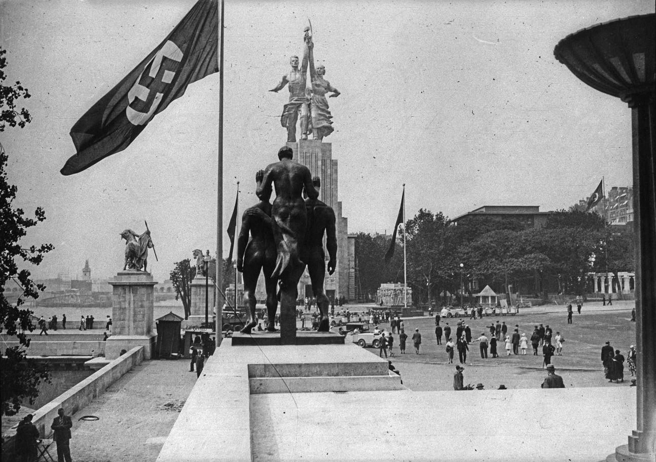 Скульптура германского павильона и скульптура павильона СССР