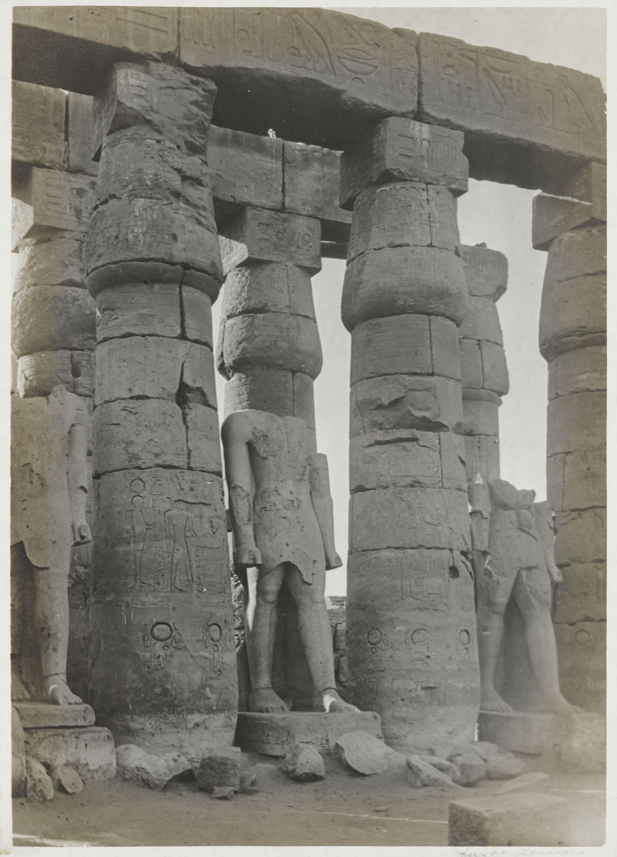 Луксор. Первый двор. Колоссальные статуи Рамсеса II из красного гранита