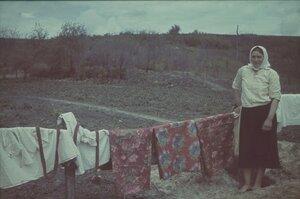 Крестьянка сушит белье