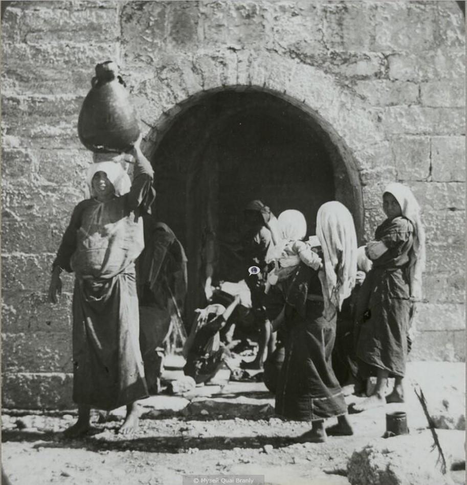 Иерусалим. Женщины у источника Эйн Карем