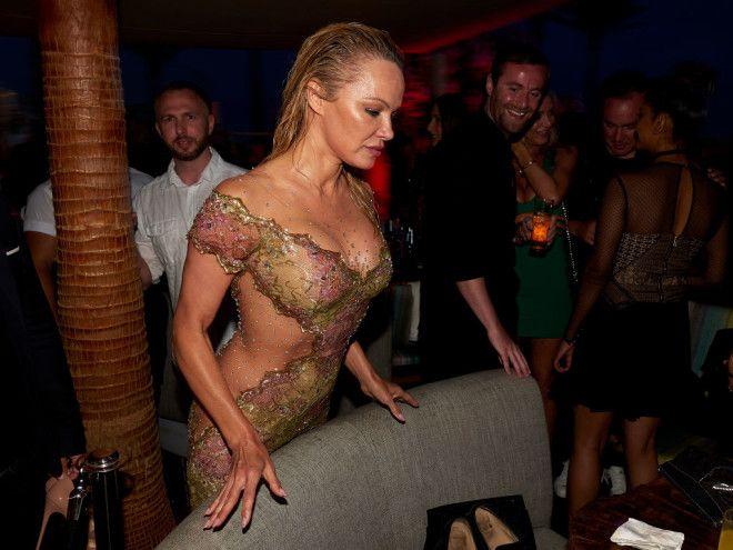 К слову, на днях Андерсон уже появлялась на публике в платье с откровенным декольте, которое активно