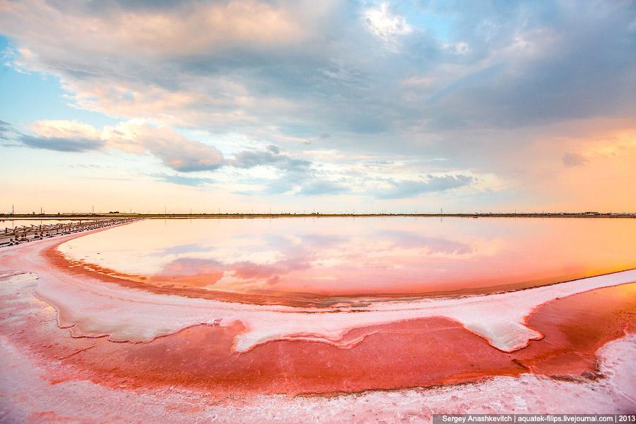 8. Пейзажи здесь поистине фантастические: с одной стороны ярко-красная вода, с другой — сине-бе