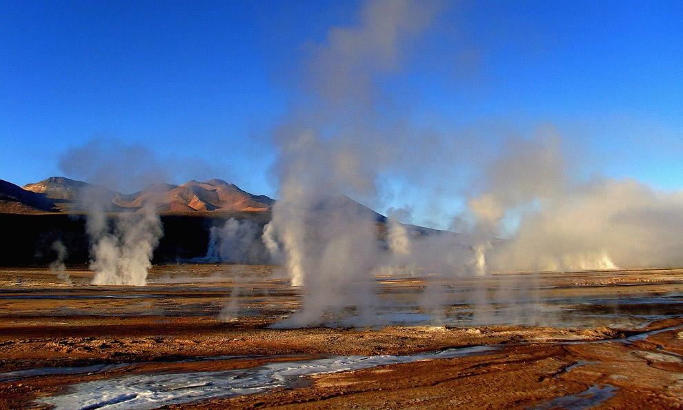 Около 80 гейзеров выпускают из глубин земли кипяток, достигающий высоты от 75 см до 6-7 м. Лу