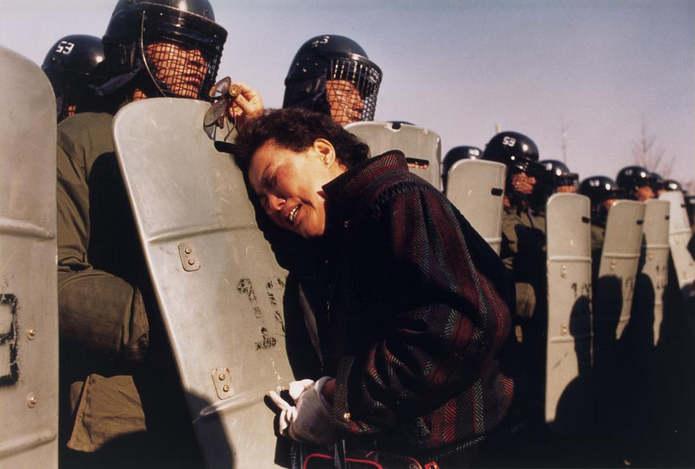 Южная Корея. Женщина плачет на щите одного из полицейских. Сын этой женщины был одним из тысяч демон