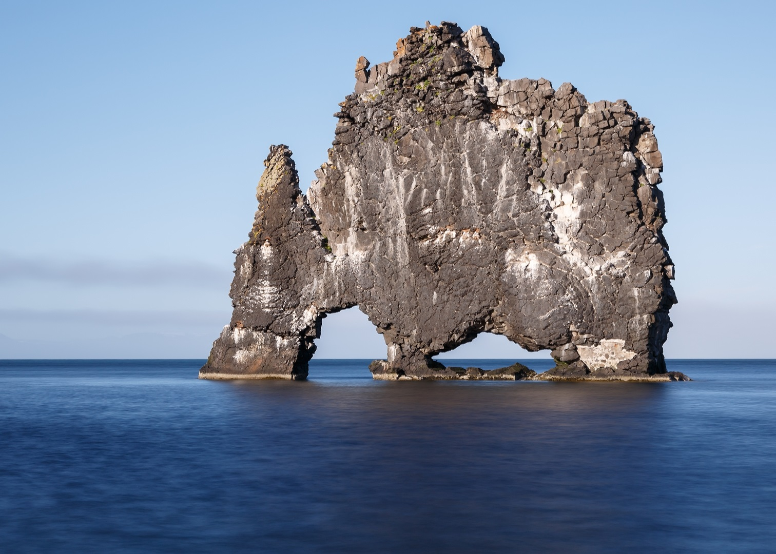 Ученые же полагают, что Хвитсеркюр — это остатки древнего вулкана, размытого солеными водами и разру