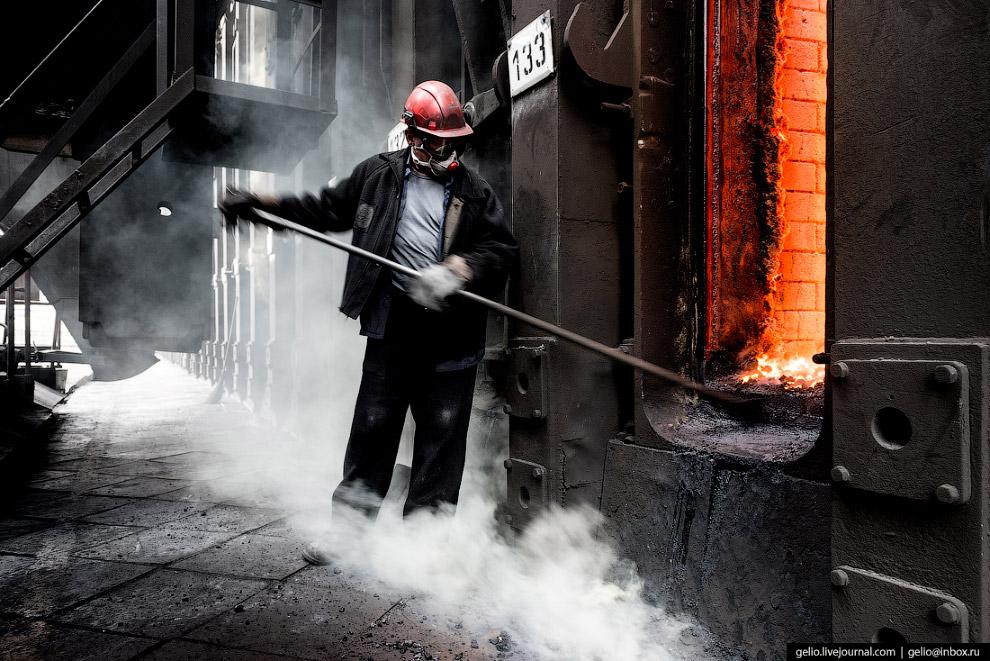 15. «Коксовый пирог» спекается 14-16 часов. Процесс коксования угольной массы идет от наружной стенк