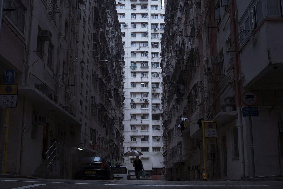 7. Это даже малосемейкой никак не назовешь. Три «дома-гроба» в одном месте. (Фото Kin Cheung):