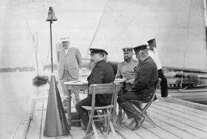 Группа членов яхт-клуба