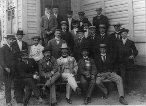 Группа членов и гостей яхт-клуба у здания клуба