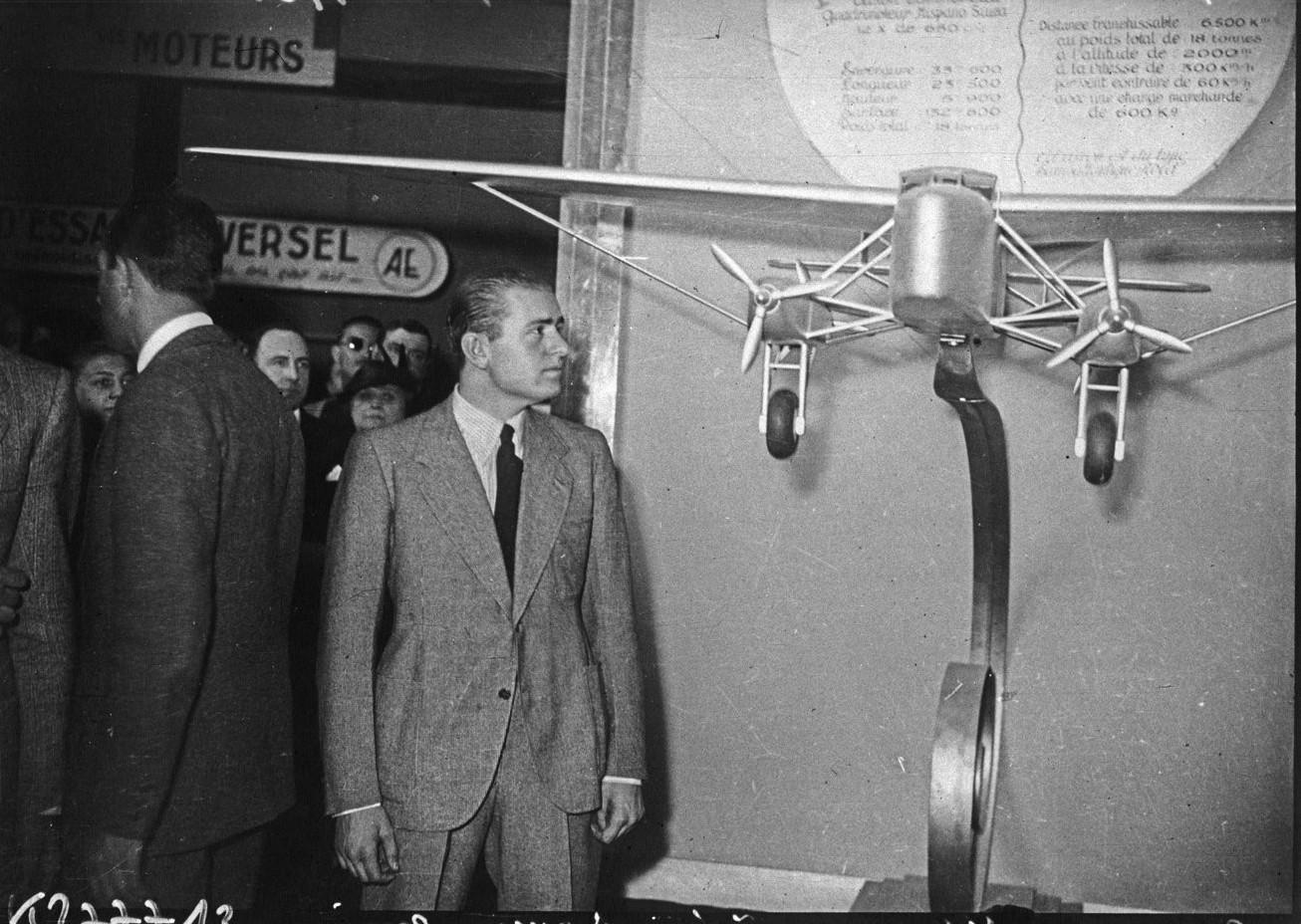 Павильон аэронавтики. Авиатор Бруно Муссолини, сын дуче, за осмотром экспозиции
