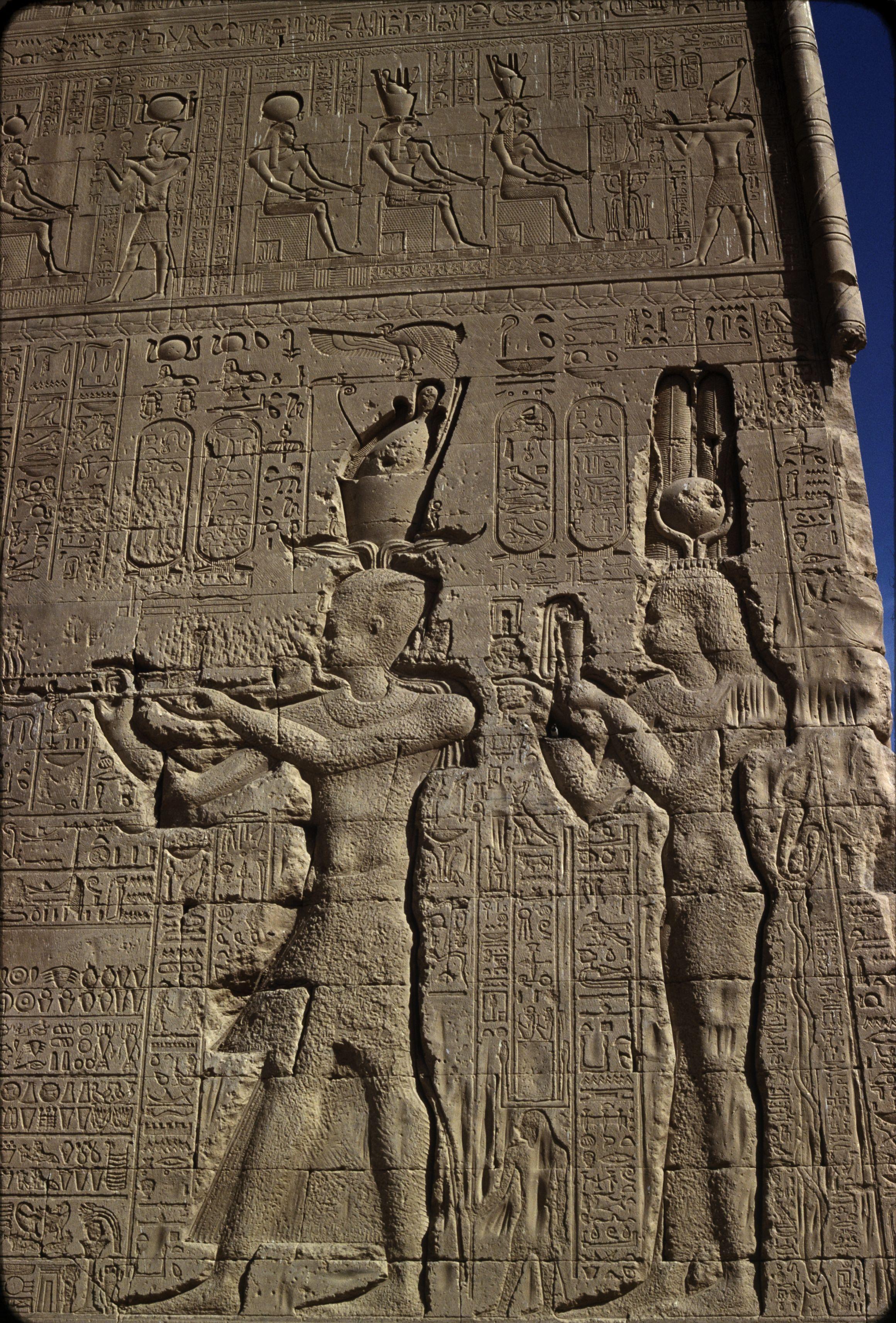 Дандара. Храм Хатхор.  Южная стена. Антоний и Клеопатра
