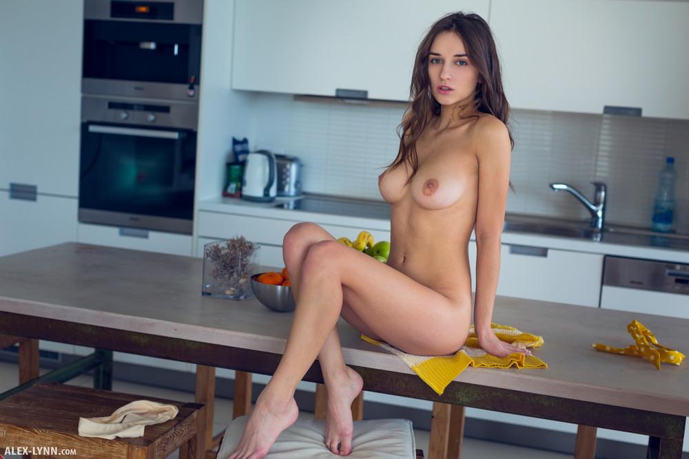 Gloria Sol разделась на кухне