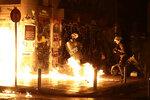 Бутылки с зажигательной смесью взрываются возле полицейских во время акции против визита Барака Обамы в Грецию. Афины, 15 ноября 2016 года. Фото: Alkis Konstantinidis / Reuters