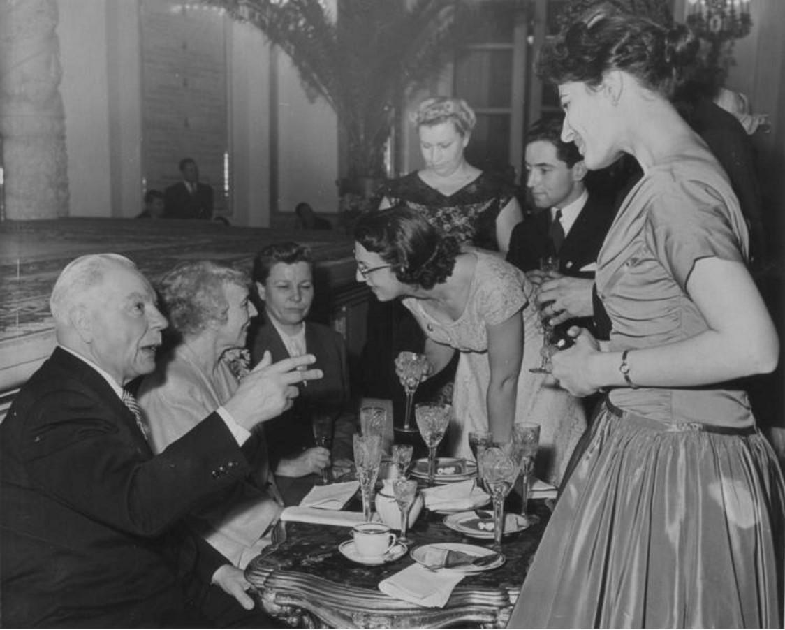 1958. Визит королевы Бельгии Елизаветы в СССР. За столом: Климент Ворошилов, королева Бельгии Елизавета, Екатерина Фурцева.jpg