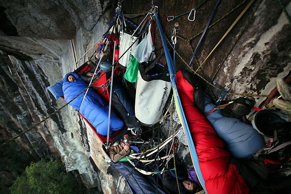 0 1806a6 29e2d001 orig - Ночевка альпинистов на отвесной скале