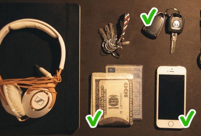 Ключи от машины, деньги и телефон с заряженной батареей