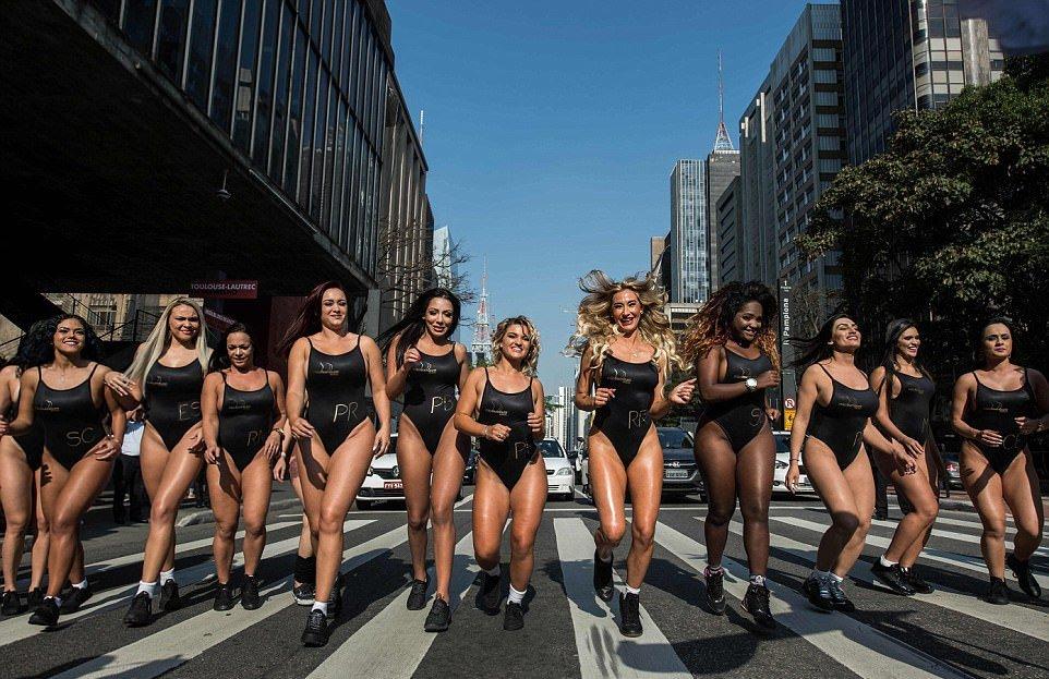 """Конкурсантки """"Мисс Бум-Бум"""" на звание лучшей попы Бразилии, прошлись по улице (21 фото) 18+"""