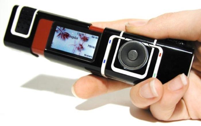 И снова модель от бывшего «супертяжа» среди мобильных производителей. Телефон был выпущен в черно-бе