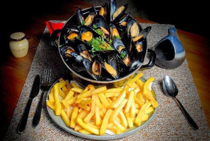 25. Бельгия: Moules-Frites   Переводится «мидии и фри». Это блюдо появилось в Бельгии и считает
