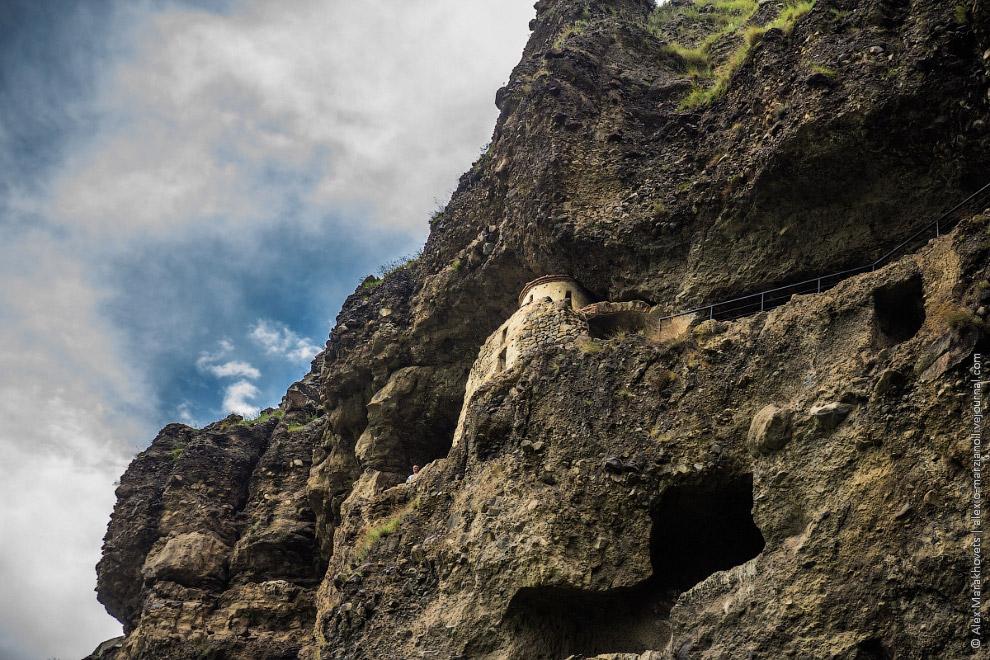 11. Церковь построена из щебня вперемешку с кирпичом, и прилеплена к скалам, словно гнездо стрижей,